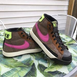 Women's 7.5 Nike ACG Hiking Shoes